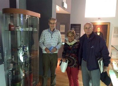 Gianni Pistrini (a sinistra) all'interno del Museo del Caffè di cui è curatore