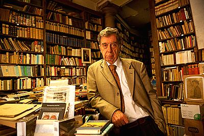 Mario Cerne nella Libreria Umberto Saba di Trieste